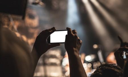 smartphone-texting-movie-theater
