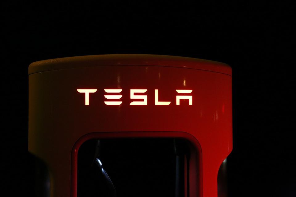 tesla-new-feature-autopilot